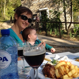 Boulet-frites and beer for us, and bananas (ok, and frites) for him!